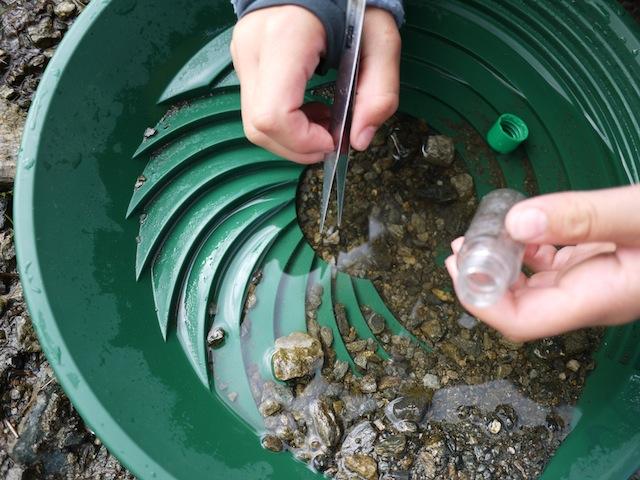 Urlaub mit Kindern in der Silvretta-Montafon auch das Goldwaschen gehört dazu. foto (c) kinderoutdoor.de