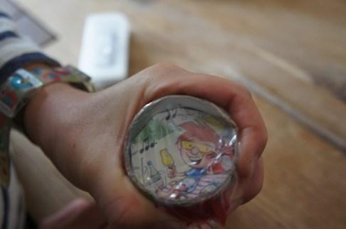 Befestigt mit Gummi die durchsichtige Folie. foto (c) kinderoutdoor.de