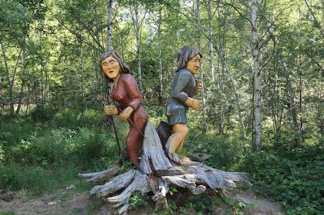Tolle geschnitzte Figuren erwarten Euch am Erlebnispfad im Schlühüwanapark(Schwarzwald). foto (c) kinderoutdoor.de
