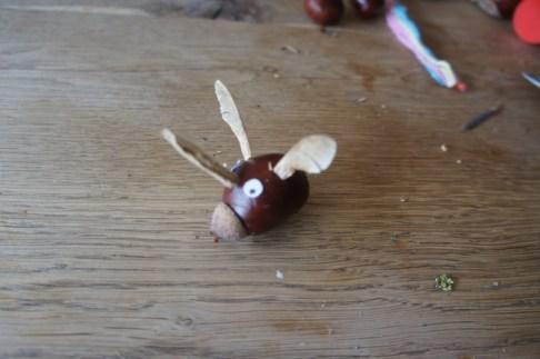 In die beiden Schlitze steckt Ihr die Ahornsamen als Ohren. foto (c) kinderoutdoor.de