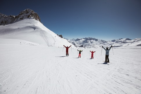 Gemeinsam auf den Pisten bei Warth-Schröcken unterwegs. Ein Wintermärchen für die Familie. Foto: Warth-Schröcken/Sebastian Stiphout