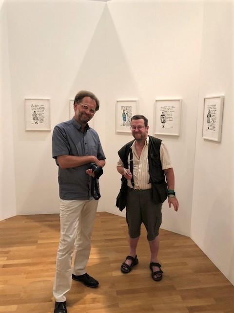 Klaus Mecherlein (Kurator) und der Künstler Clemens Wild vor einigen seiner Werke