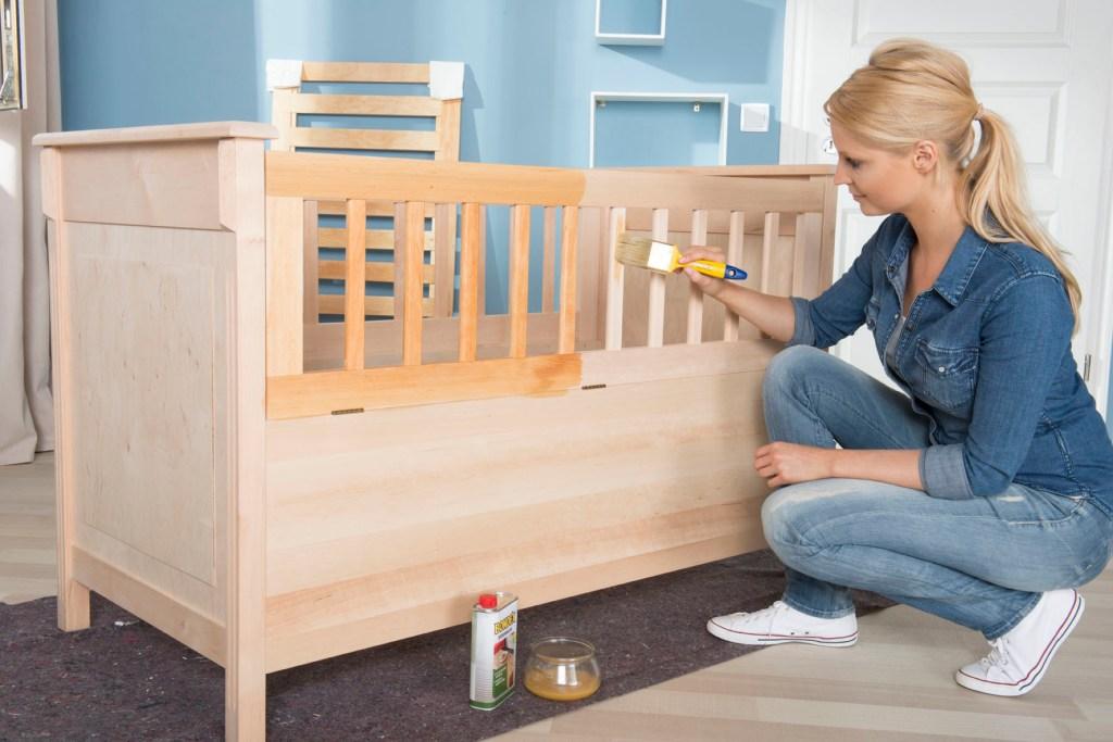 Auch beim Pflegen der Möbel und Accessoires im Kinderzimmer sollten Eltern zu Produkten auf Basis natürlicher Rohstoffe zurückgreifen.