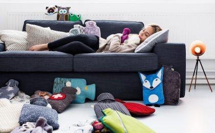 Nicht nur Kinder kuscheln sich abends am liebsten mit einer Wärmflasche auf die Couch.