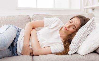 Unterleibskrämpfe und Antriebslosigkeit sind typische Symptome für das prämenstruelle Syndrom.