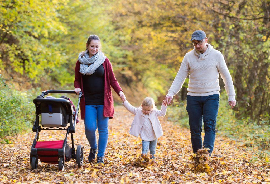 Spaziergänge an der frischen Luft stärken das Immunsystem, das Tages- und Sonnenlicht kurbelt die Vitamin-D-Produktion an.