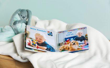 Das erste eigene Buch des Nachwuchses: Fotos der Familie und aus dem Alltag trainieren das Wiedererkennen und die visuelle Wahrnehmung.