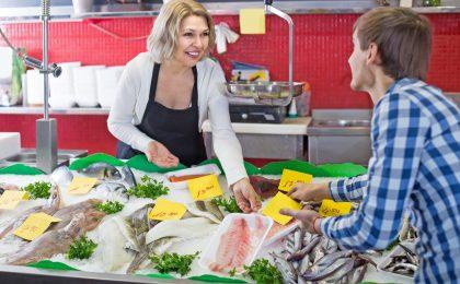 Fisch, Muscheln und Garnelen aus dem Meer gehören zu den besten Jodlieferanten. Sie sollten regelmäßig auf dem Speiseplan stehen.