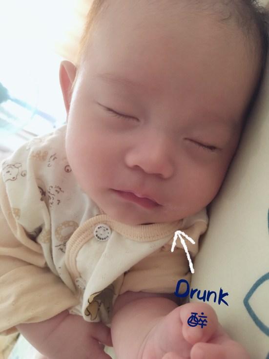 寶寶醉奶的樣子,是媽媽心甘情願掏奶的最大理由。