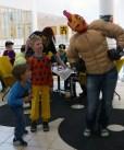 Game Över -pelitapahtuman maskotti tapaamassa fanejaan