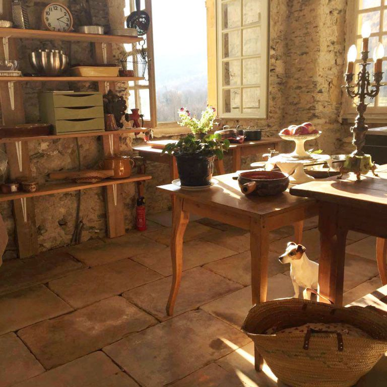 square-1491334814-hbz-chateau-gudanes-kitchen