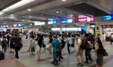 立川駅前はにぎわっています