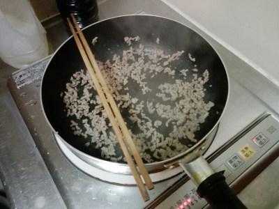 ひき肉を炒めている