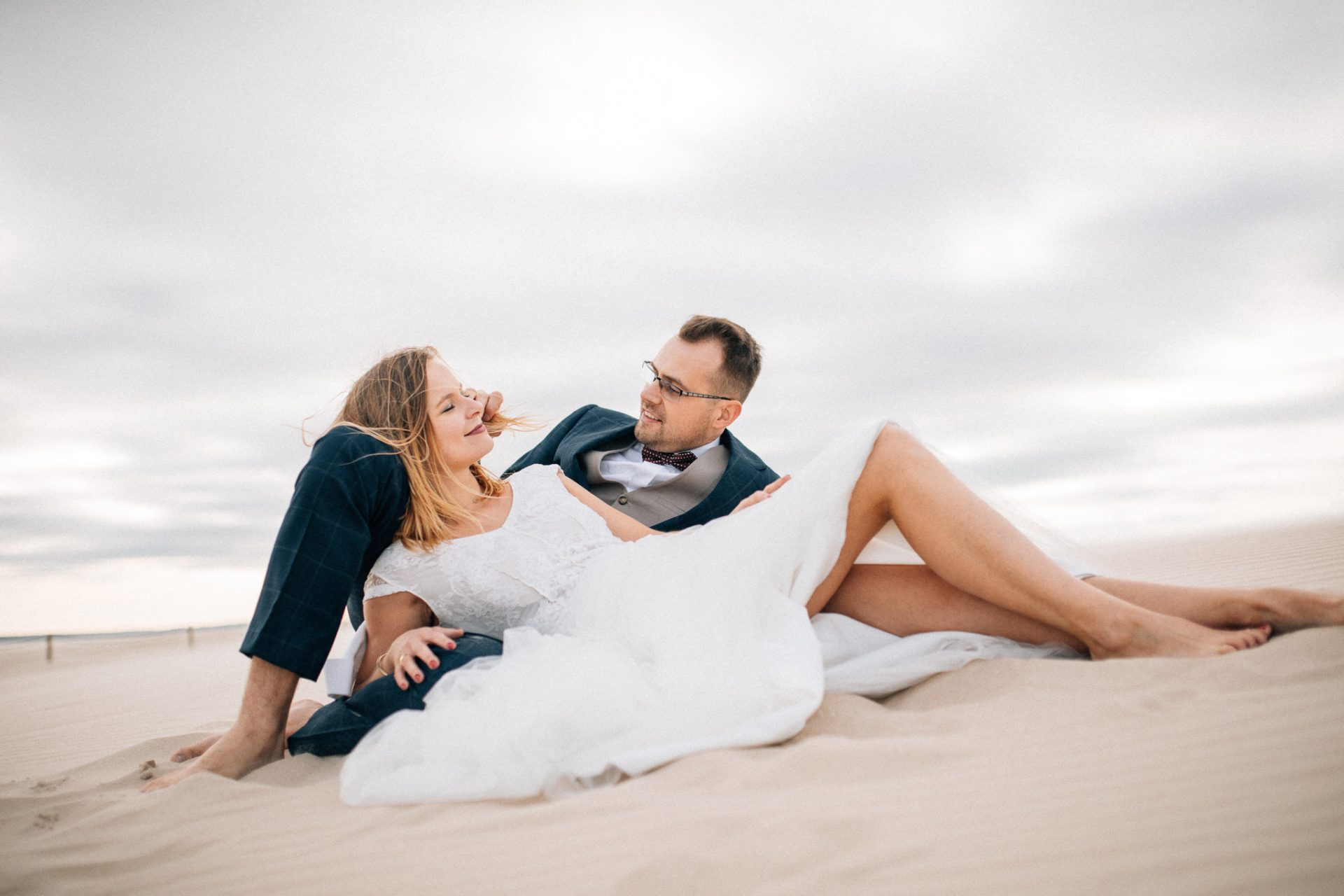 plener-ślubny-na-wydmach-naturalna-fotografia-ślubna