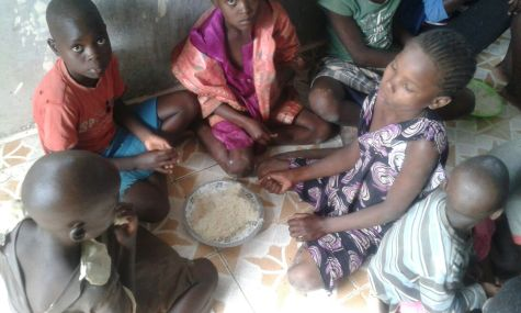 feeding the orphans at the time of flood -20160517 (1)