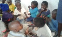 feeding the orphans at the time of flood -20160517 (2)