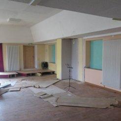 Alter Anstrich und noch die alte Bühne im Saal - alles wird neu!