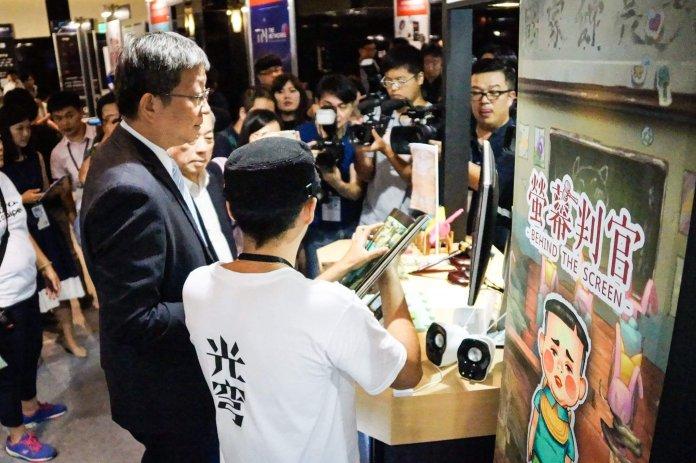 Digital Taipei 向工業局副局長游振偉介紹《螢幕判官》.jpg 的副本