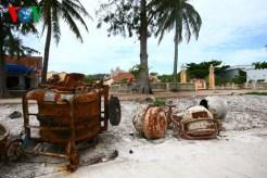 """Máy xây dựng """"quá đát"""" vứt chỏng chơ trước đình An Vĩnh – di tích quốc gia mới được công nhận tháng 4/2013"""