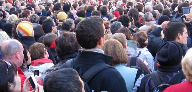 民衆が集まっている画像