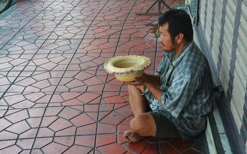 麦わら帽子を持った貧乏な男性