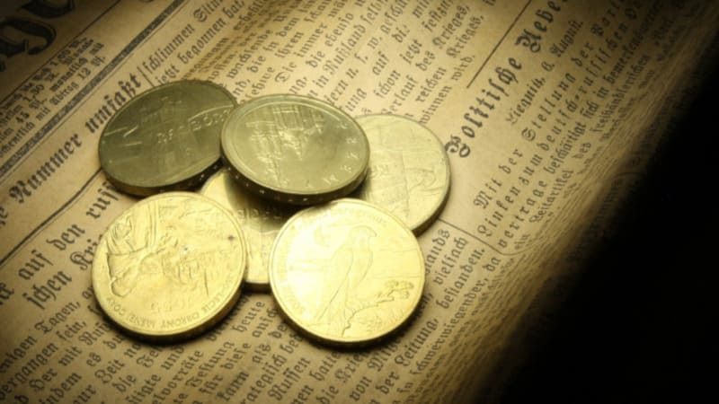 数枚のコインと英字で書かれた本
