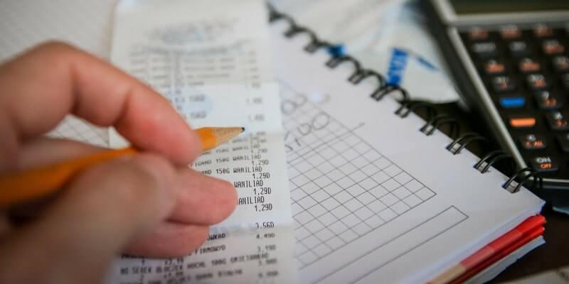 領収書の内容を計算している風景