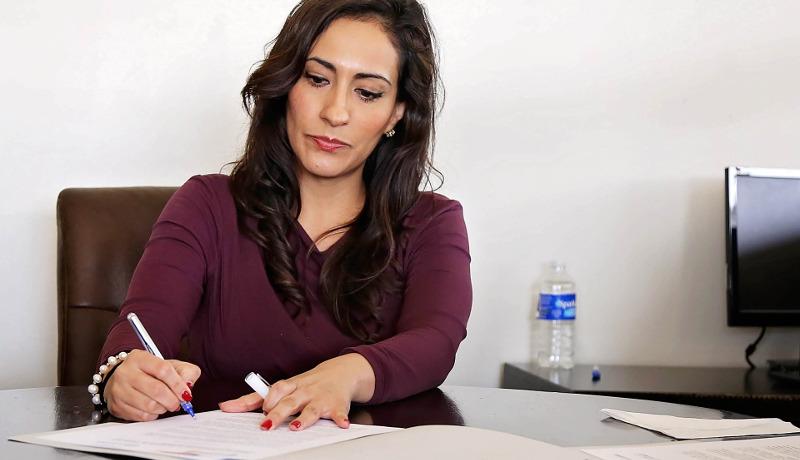 書類を仕上げている女性