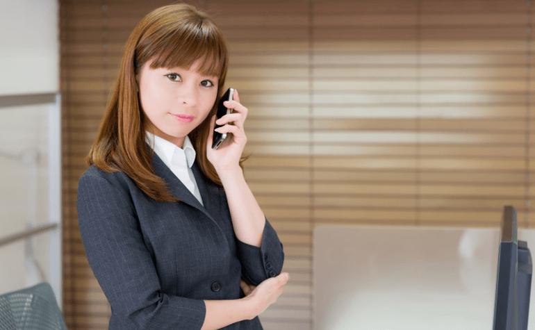 スマホで電話する女性社員