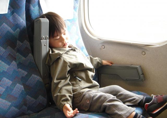 新幹線の自由席で寝る幼児