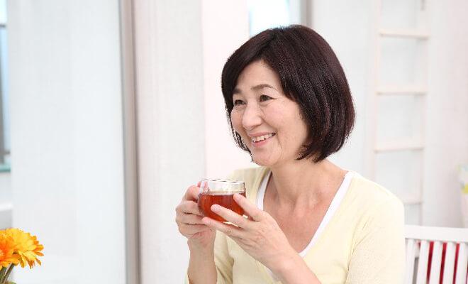 なたまめ茶を飲む女性