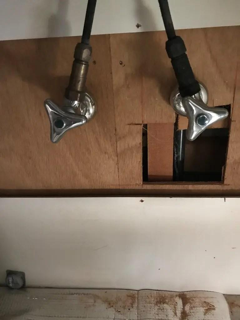 キッチンキャビネット内壁裏給水管