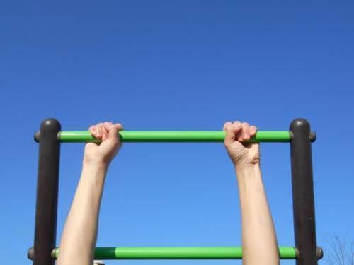 平行な棒で懸垂している画像