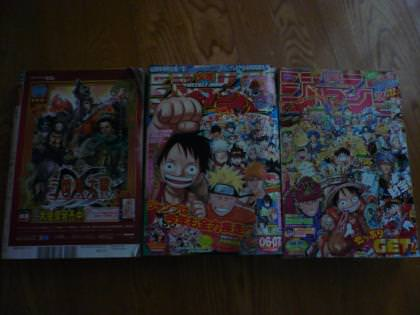 漫画雑誌3冊並べたところ