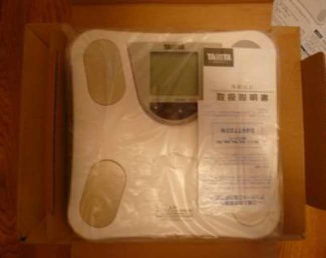 タニタ体脂肪計が袋に入ってるところ