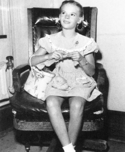 Mała Natalie Wood była jeszcze bardziej odmładzana, byjak najdłużej pozostać dziecięcą gwiazdą filmu.