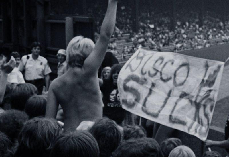 """Noc zniszczenia disco, protestujący sabotują także film """"Gorączka sobotniej nocy"""". Chicago 1979."""