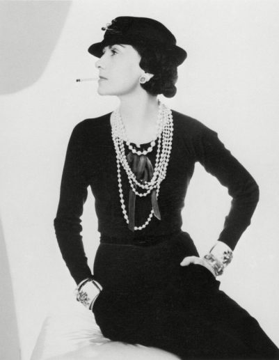 Coco Chanel ijej mała czarna sukienka w1935 roku.