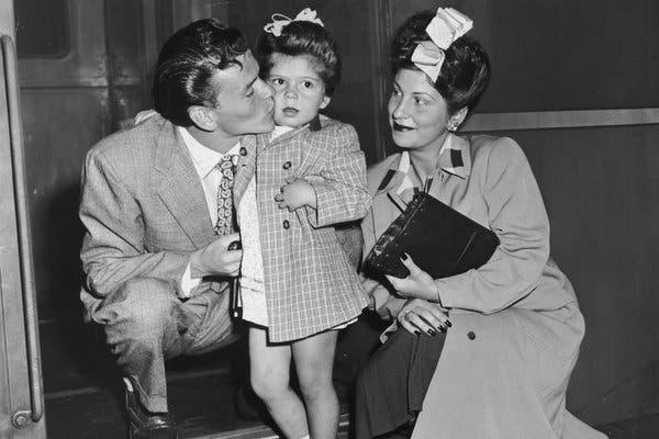 Frank Sinatra zpierwszą żoną Nancy Barbato Sinatra icórką Nancy, rok około 1942