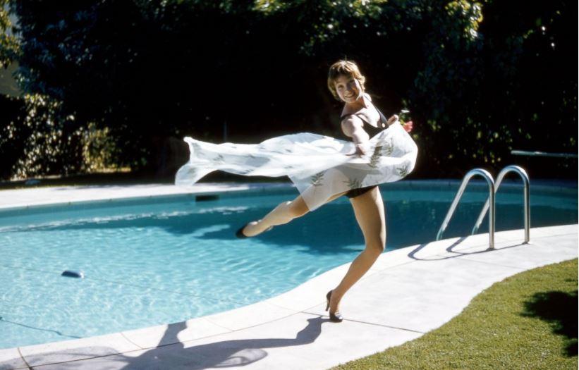Shirley MacLaine przy basenie (1958)