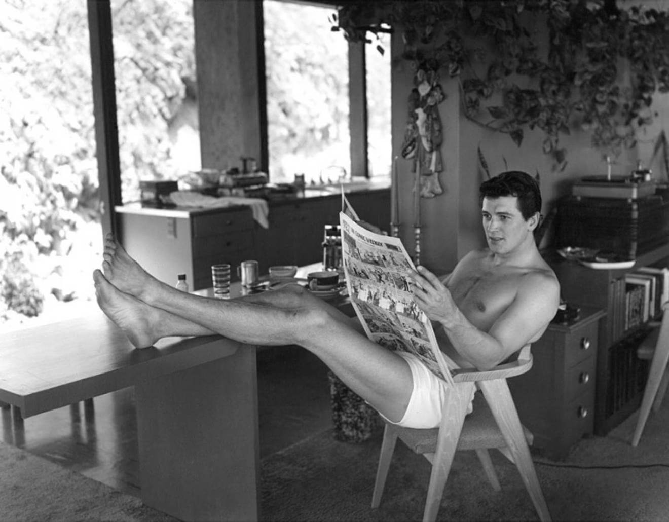 Młody Rock Hudson w swoim domu w Hollywood. Wrzesień, 1952. Fot. Sid Avery dla magazynu SATURDAY EVENING POST