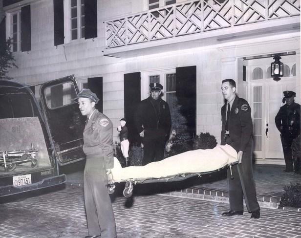Ciało Stompanato wynoszone zdomu Lany Turner