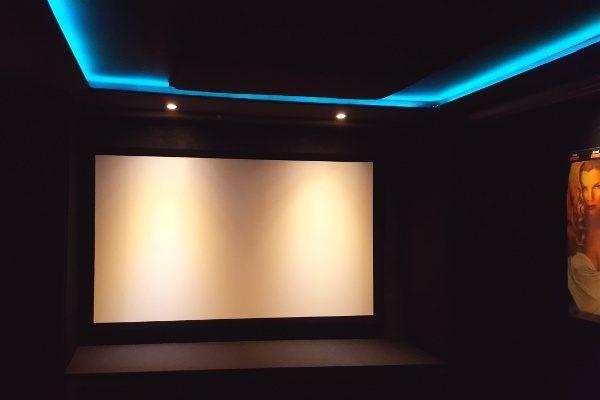 Heimkino Beleuchtung: Tipps zu LED-Spots und indirektem Licht Kinoschmiede