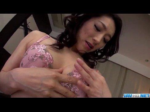 夫の同僚におまんこを弄る姿を見せる淫乱過ぎる四十路熟女妻のじュクじょ kiss