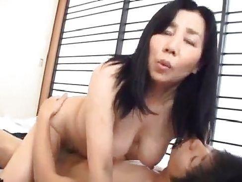 おばさん体型のお母さんと息子の近親相姦動画!いきり立つちんぽにお母さんは激しく感じちゃうjyukujoma-mamama