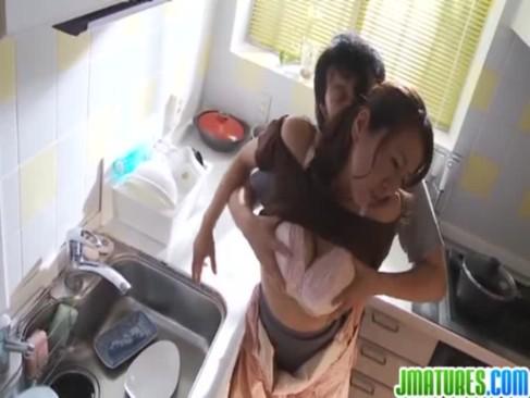 変態息子に台所でセクハラされる爆乳熟女母!激しい愛撫で喘ぎまくっちゃういけない関係動画