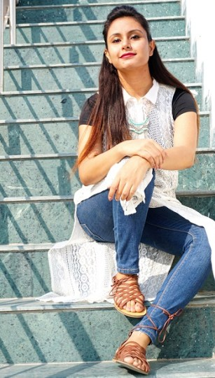 kintyish.com_Himanshi Mukhija_ Indian Fashion Blogger _ how to style black t shirt & blue demin in multiple ways_ casual concert outfit shopping outfit
