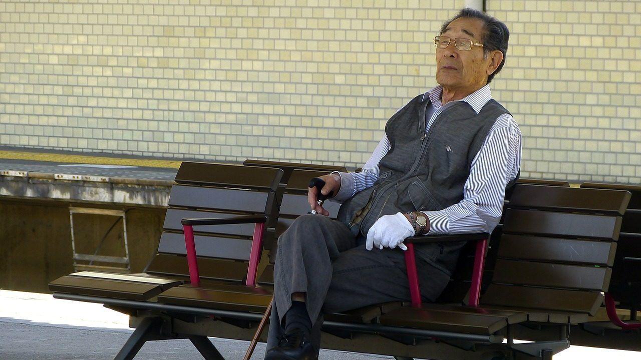 Anciano en una estación de tren