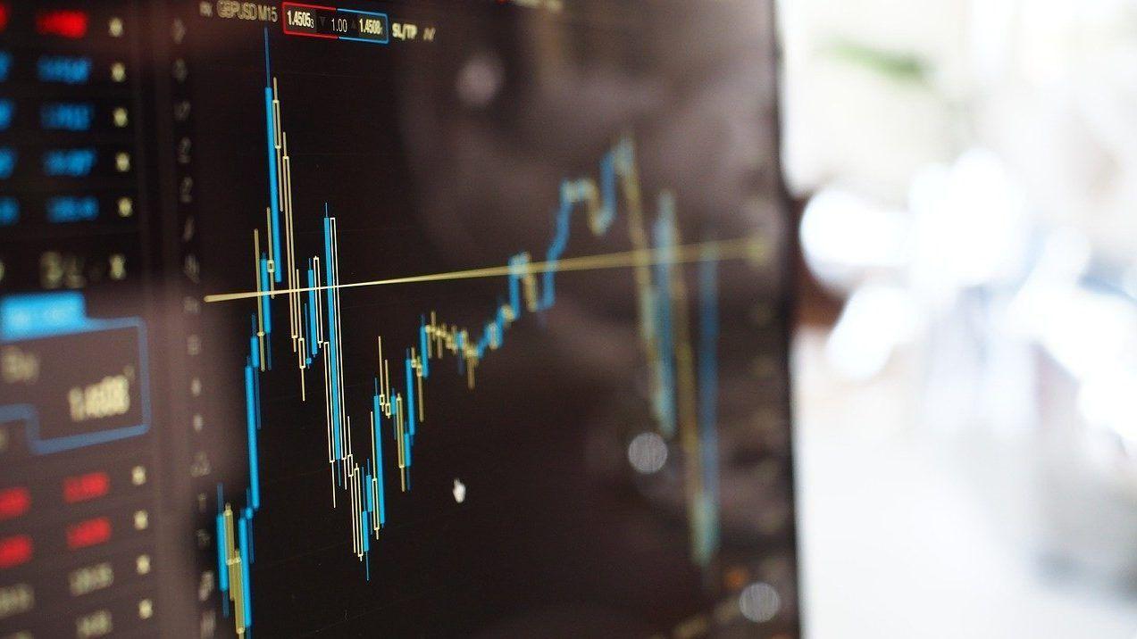 monitor con gráficas de índice nikkei y su cotización
