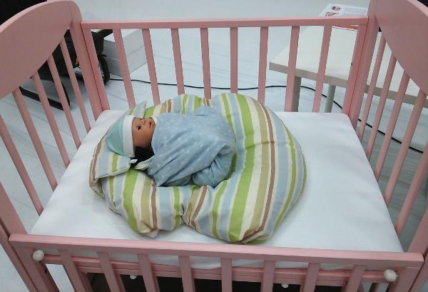 赤ちゃんの寝かせ方 ベビーベッド カトージベビーベッド